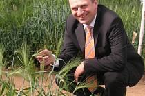 Do kroměřížského zemědělského výzkumného ústavu přijel v pátek 30. května ministr zemědělství Petr Gandalovič.