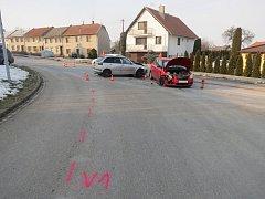 Na křižovatce ulic Komenského a 1. máje v Morkovicích bourala v neděli dvojice řidičů: mladý řidič odbočoval vlevo a auto jedoucí ve směru od Pornic přehlédl. Všichni účastníci nehody naštěstí vyvázli bez zranění.