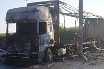 Kamion zaparkovaný v blízkosti čerpací stanice sežehly v úterý nad ránem plameny.