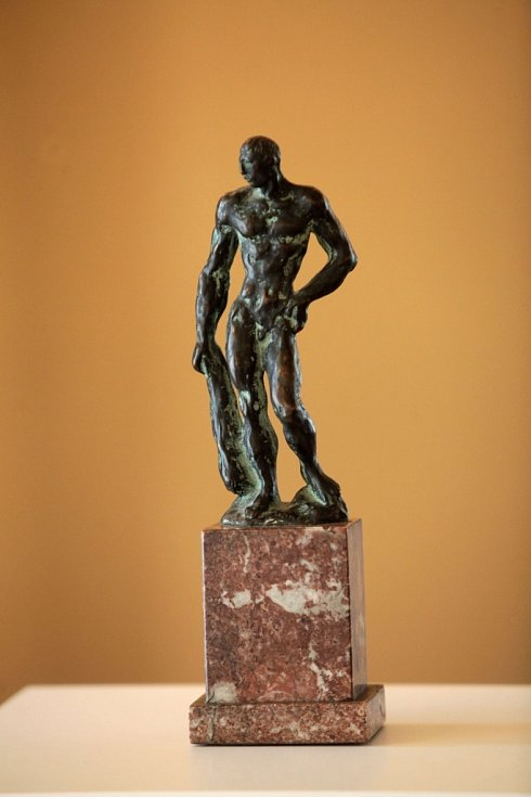 Výstava Mánes na zámku v Holešově. Na snímku Jaroslav Horejc Héraklés bronz.