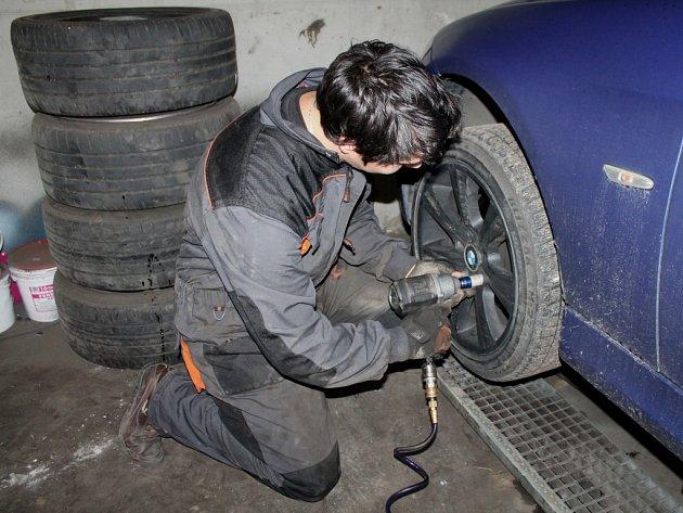 Kroměřížský pneuservis U Drápalů má největší nápor v přezouvání zimních kol za sebou. Poslední opozdilce čekají až s první vločkou.