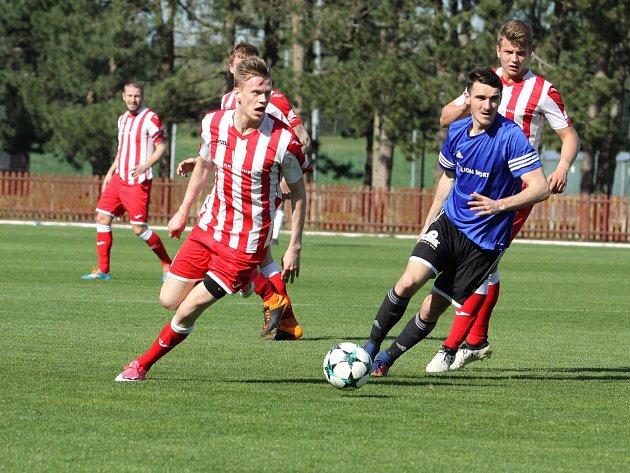 Fotbalisté Hulína (červenobílé dresy) nezvládli domácí duel s Rýmařovem, kterému ve 21. kole MSFL podlehli 1:2.