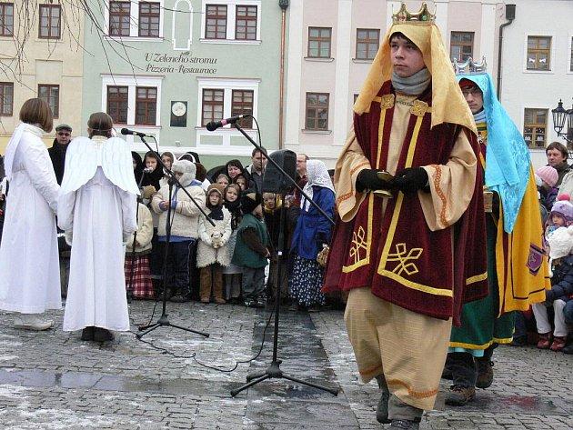 Na Velkém náměstí v Kroměříži sehráli školáci ve čtvrtek 22. prosince 2011 představení Živý betlém.