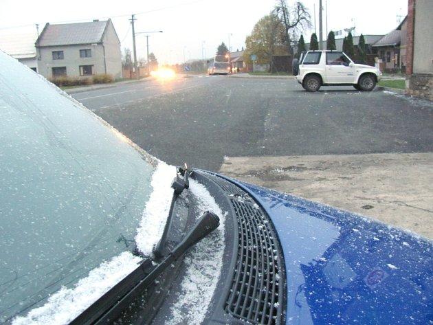První letošní sníh. Vpondělí ráno na mnoha místech vregionu drobně sněží.
