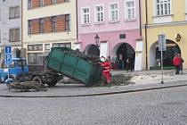 Pětatřicet let starý stříbrný smrk, který zdobil od 28. listopadu Velké náměstí v Kroměříži, v úterý padl k zemi. Pracovníkům technických služeb se vánoční strom podařilo bez komplikací skácet během dopoledne.