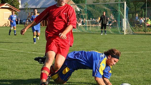 V souboji rezervních týmů porazily Kyselovice (v červeném) Žalkovice 3:2.