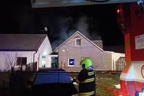 Pět hasičských jednotek zasahovalo při požáru v rodinném domě v Bystřici pod Hostýnem.