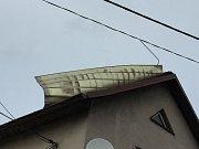 Poryvy větru vyvracely stromy, poškodily nadzemní vedení nízkého napětí a střechu rodinného domu