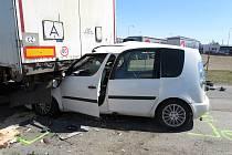 Narazil do návěsu. Zřejmě se plně nevěnoval řízení, když přehlédl, že nákladní auto před ním hodlá odbočit.