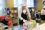 KUCHAŘSKÉ UMĚNÍ. Svého úkolu se soutěžící zhostili s vervou a za jejich výsledky by se mnohdy nemuseli stydět ani profesionální kuchaři.