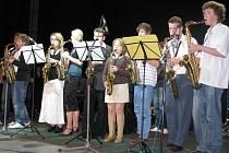 Žáci hudebního, výtvarného, tanečního a literárně-dramatického oboru Základní umělecké školy Kroměříž se v pondělí 6. dubna 2009 představili v Domě kultury v programu zvaném Umělecké mládí.