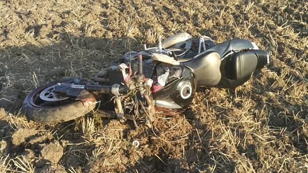 Vážný střet motorkáře s osobním autem u Bílovska - 9. srpna 2019