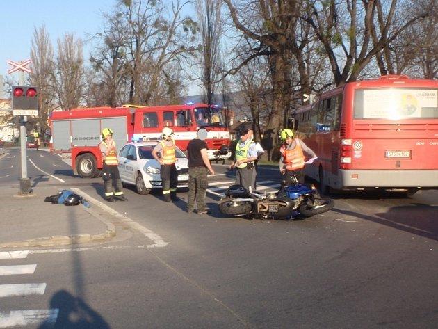 Při nedělní sražce autobusu a motorky nedaleko autobusového nádraží v Bystřici pod Hostýnem došlo ke zranění spolujezdkyně. Cestující autobusu vyvázli bez zranění.