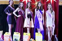 zleva: vítězka kategorie Dívka Sympatie Natalie Laholová, vítězka kategorie Dívka Internet Sarah Geitlerová, třetí v kategorii Dívka roku Nikola Petlachová, vítězka soutěže Dívka roku Greta Šarochová a druhá v kategorii Dívka roku Barbora Kolmanová.