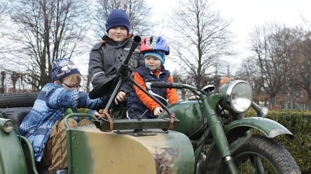 Klub vojenské historie předvedl v sobotu v zahradě holešovského zámku dobovou techniku.