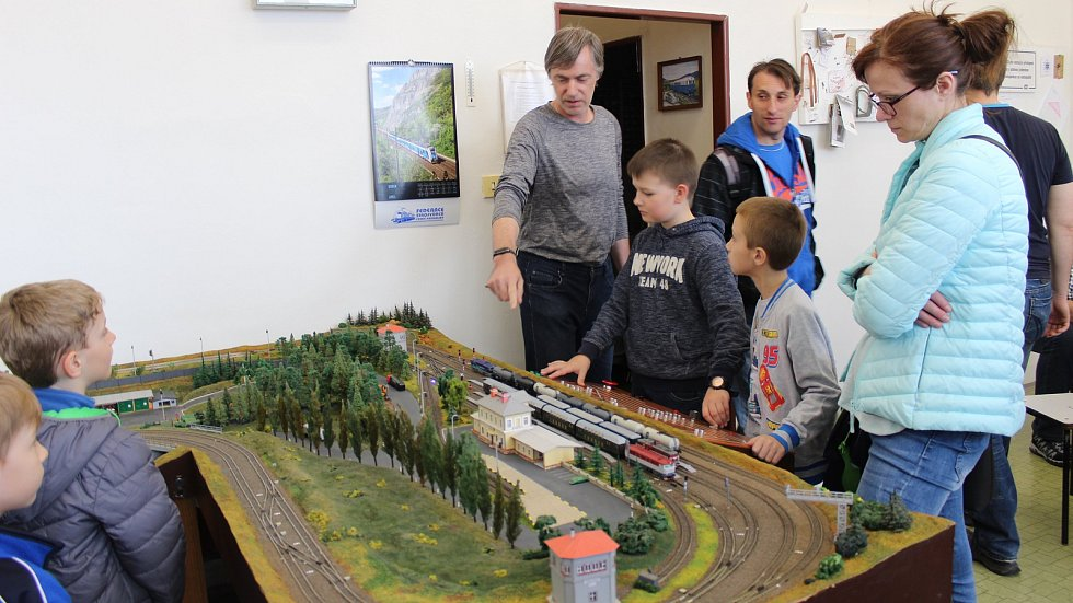 Kolejiště kroužku Železničních modelářů v Holešově. Vzadu vlevo jeden z jejich stavitelů Miroslav Pospíšil.