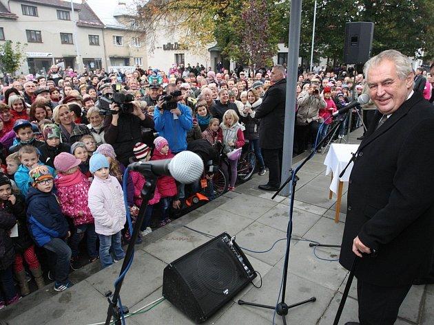 Při návštěvě Zlínského kraje se prezident Miloš Zeman setkal sobčany ve Zdounkách.