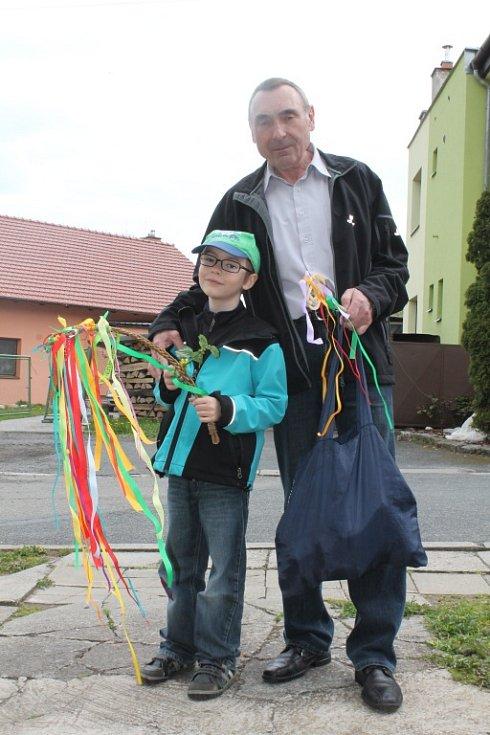 S upletenými tatary nebo zdobenými vařečkami vyrazili na Velikonoční pondělí chlapci ve Střílkách do ulic.