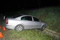 Sjezd z dálnice D1 nezvládl v pátek 29.4. mladý řidič nedaleko Bezměrova a skončil mimo silnici: později se ukázalo, že před jízdou pil, nadýchal totiž 0,47 promile.