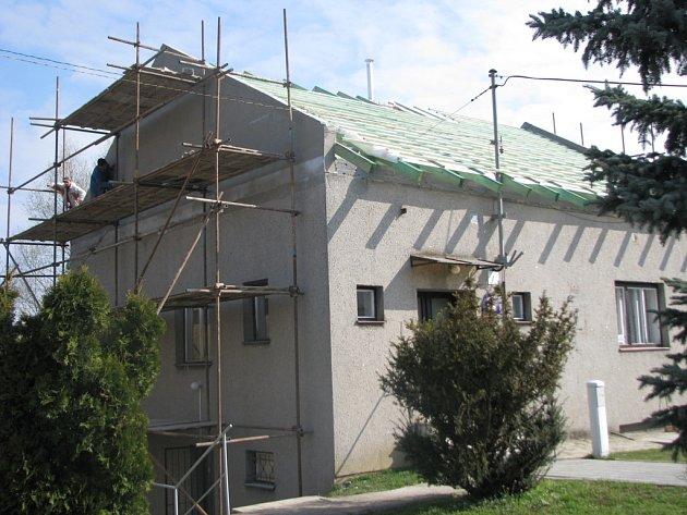 Obecní úřad Cetechovice nechává vyměnit rovnou střechu za sedlovou.