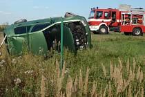 Při nehodě v chropyňské místní části Plešovec čtyřiadvacetiletý řidič Volkswagenu Golf v levotočivé zatáčce najel pravými koly do příkopu, dostal smyk