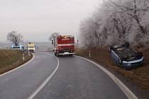 Řidička Fiatu Punto skončila v pátek 9.12. u Cetechovic po krkolomné havárii i s autem na střeše, vyvázla naštěstí bez zranění.