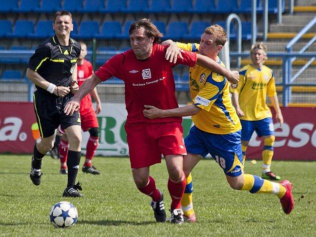 Fotbalisté Hulína (v červeném). Ilustrační foto.