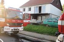 Plameny zachvátily dílnu, kouř garáž