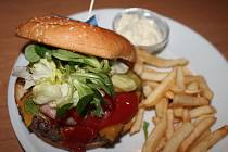 Pětici hamburgerů měli o víkendu možnost ochutnat návštěvníci Kulturního klubu Hulín.