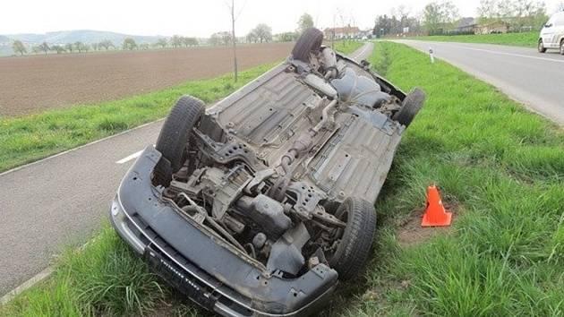 Řízení auta značky Fiat Marea tam zřejmě vlivem alkoholu nezvládl třiačtyřicetiletý muž a po průjezdu levotočivou zatáčkou vyjel vpravo do příkopu a odtud zpět na vozovku, poté do protisměru a následně opět mimo cestu, kde se vůz přetočil na střechu.