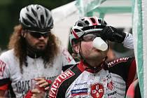 V sobotu se jel přes Hostýnské vrchy 18. ročník bikemaratonu Drásal. V hlavním závodu dlouhém 115 kilometrů s převýšením 3200 metrů vyhrál Jan Hruška. Tekutiny se musely doplňovat pravidelně.