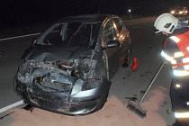 Havarované auto odklízeli v noci na sobotu 4.6. profesionální hasiči na dálnici D55 nedaleko Hulína.
