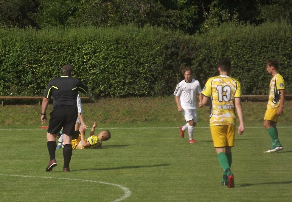 Duel přes humna, i když skončil 0:0, musel fotbalové fanoušky bavit. Zápas Němčic s Břestem (ve žlutém) se hrál nahoru – dolů, akce střídala akci. Skoro by se nevěřilo, že na sluníčku panovaly tropické teploty.