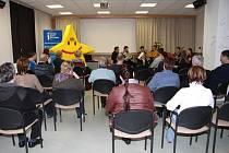 Slavnostní otevření nového Evropského informačního střediska rozsvitila hvezdicka evropske unie. Vedoucí knihovny seznámila přítomné s vizí střediska Europe direct.