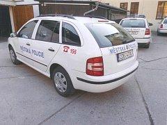 VYPADALA TAKHLE VŽDYCKY? V současnosti je bílá škodovka, kolem které se vede spor, označena naprosto vzorně. Pokutovaný řidič ale tvrdí, že ještě loni na podzim tomu tak nebylo, a strážníci tím pádem porušili zákon.