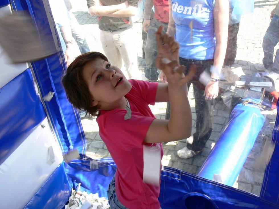 Dlouhé řady před cashboxem svědčily o tom, že děti lákají ceny, které získají za lístečky chycené ve vzduchovém víru.