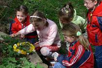 Jaro je tady. Milovníci přírody v Divokách nedaleko Zdounek přivítali jaro tradičním otevíráním studánek.