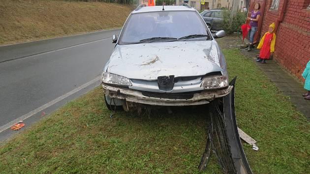 Dopravní nehoda se stala v pátek 1. září mezi Zlobicemi a Bojanovicemi. Sedmačtyřicetiletý řidič Peugeotu 306 vyjel mimo cestu a sjel na travnatý pás u rodinného domu, nikdo naštěstí nebyl zraněn.FOTO: PČR KROMĚŘÍŽ