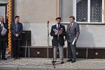 NA PAMÁTKU VÁLEČNÝM HRDINŮM. Jan Štokman s plukovníkem Vladimírem Maděrou při odhalení pamětní desky Jiřímu Štokmanovi v dubnu 2009 v Buchlovicích.