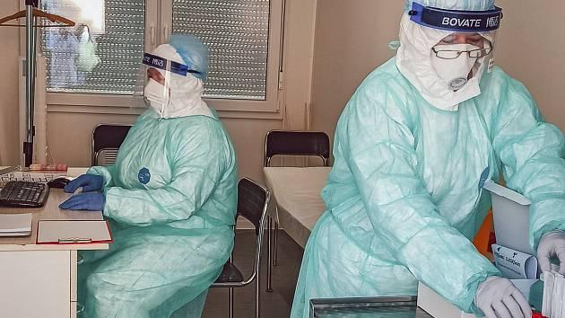 Odběrové místo pro lidi s podezřením na onemocnění novým typem koronaviru začalo v areálu nemocnice v Kroměříži fungovat před velikonočními svátky.