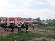 S hašením požáru hasičům pomáhal i samotný majitel vzníceného stohu, který jim poskytl nakladač a traktor s pluhem.