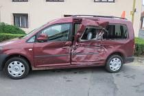 Tři lehká zranění si vyžádala srážka osobního auta s autobusem, ke které došlo v neděli navečer na křižovatce ulic Lesní a Sportovní ve Zborovicích. FOTO: PČR KM