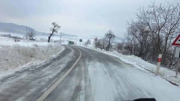 Sněhové jazyky a závěje se tvoří během pátečního rána hned na několika místech na Kroměřížsku. Problémy mohou řidiči očekávat například nad obcí Chvalnov.