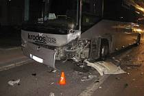 Při srážce autobusu a osobního auta utrpěli v sobotu 3. října v Dobroticích zranění dva dospělí lidé a jedno dítě.