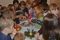 Děti z holešovských základních a mateřských škol si v mohou během prosince v tamní zámecké kovárně vyzkoušet vánoční zvyky našich předků.