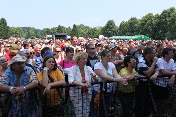 Itřetí ročník Holešovské regaty se vydařil. Vsobotu areál Holešovského zámku ovládl festival pro celou rodinu. Po rybníku se plavily netradiční lodě a přejížděla se třeba na kole lávka přes vodu.