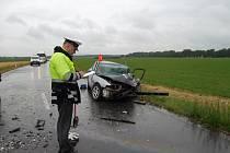 Při čelní srážce dvou aut zemřel v pondělí 30. 6. mezi Skašticemi a Břestem sedmašedesátiletý muž, jeho o dva roky mladší spolujezdkyně utrpěla vážná zranění stejně jako jako řidič protijedoucího vozu.