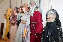 V Chropyni na zámku vystavují historické loutky a loutková divadla.