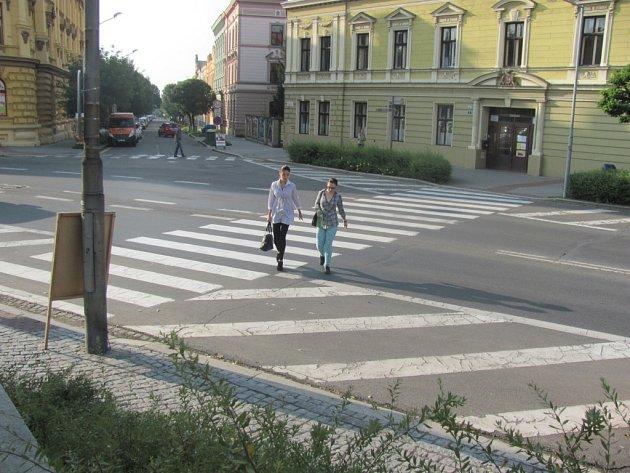 Deník testoval na přechodech v Kroměříži, kolik řidičů pustí chodce přejít. Na prvním přechodu v ulici Tovačovského musela chodkyně nechat projet i šest aut, o několik desítek metrů dál musela figurantka Deníku čekat na projetí čtyř vozidel. V jediném pří