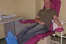 Transfuzní stanici v areálu kroměřížské nemocnice netrápí nedostatek dárců. Mají jich dost, jsou mezi nimi i mladí lidé. Po každém odebrání si lidé musí odpočinout, aby se jim nepřitížilo.